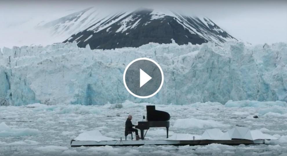 Ludovico Einaudi interpreta una peça que demana la salvació de l'Àrtic