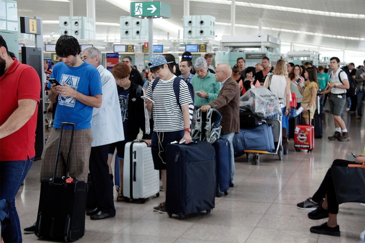 Cua de passatgers a l'aeroport d'El Prat