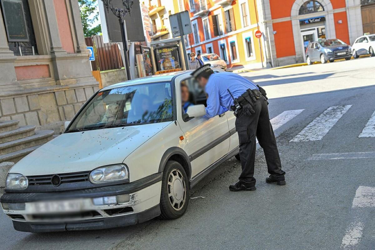 Un agent de la Policia Local donant informació a un conductor a Puigcerdà