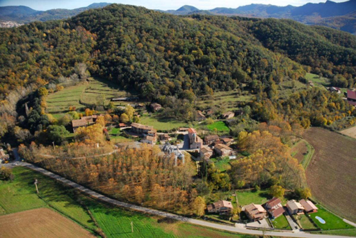 El poble de la Pinya, al municipi de la Vall d'en Bas.