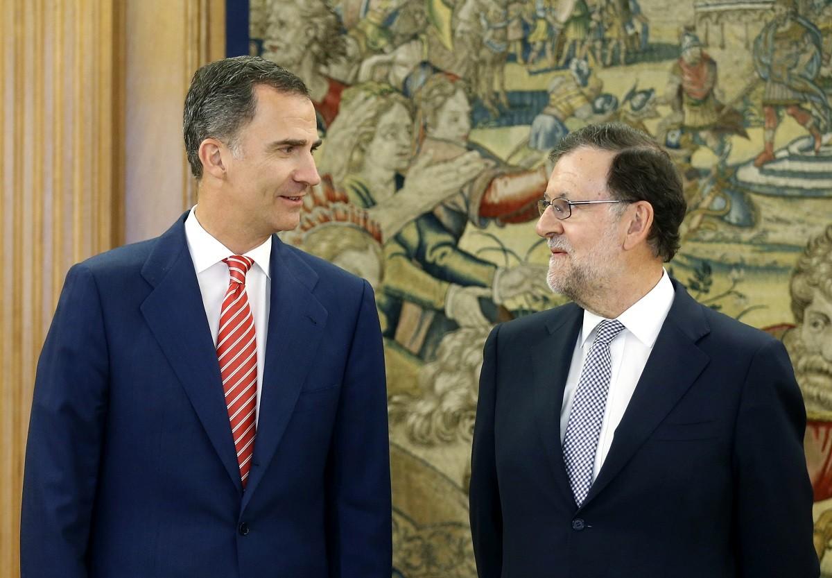 Felip VI i Mariano Rajoy mirant-se, aquesta dijous a La Zarzuela