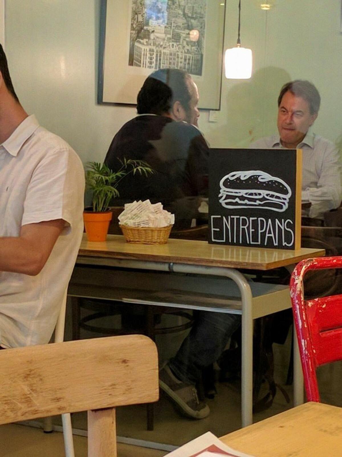 David Fernàndez i Artur Mas, conversant en un bar