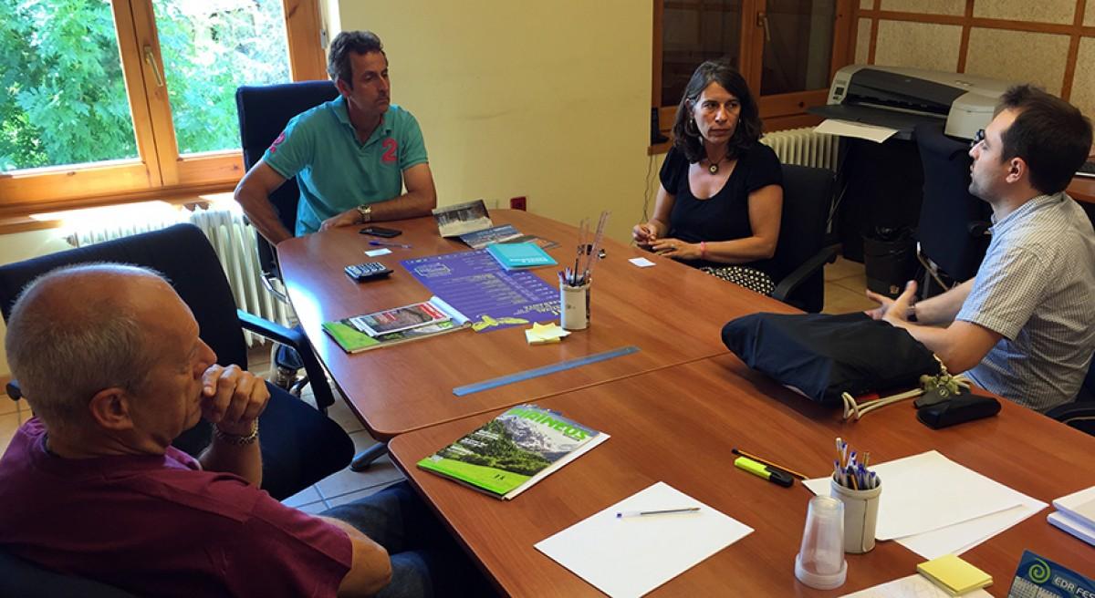 Carlota Guerrero i Jordi Forcada (dreta), expliquen els objectius de la Catalunya Film Commission a la reunió que van tenir a l'Ajuntament de Guils, amb l'alcalde Valentí Tuset (centre) i el regidor Miquel Bisbe (esquerra)