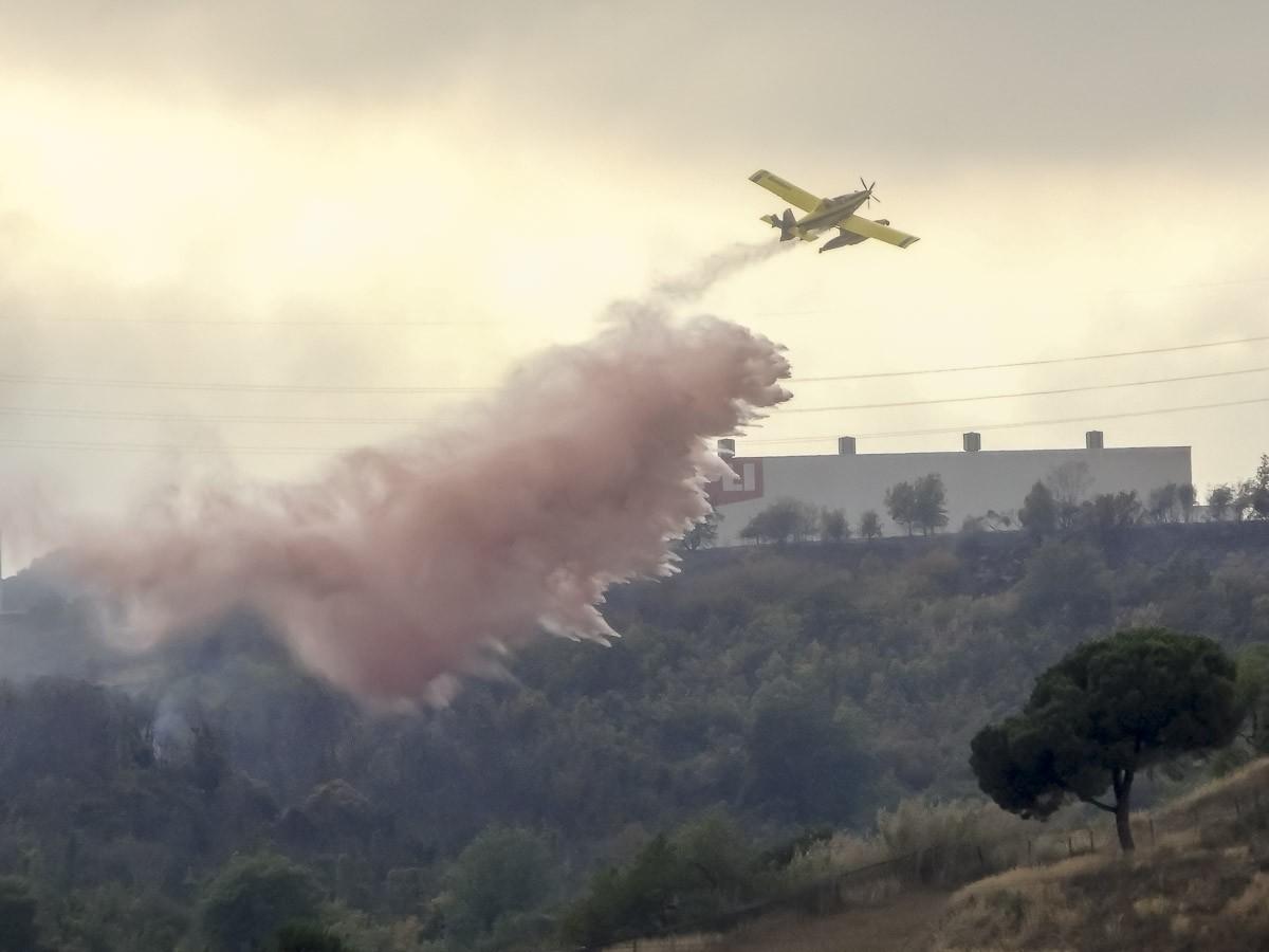 Un hidroavió atacant les flames de l'incendi