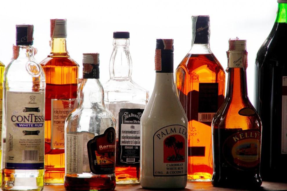 Ampolles de diversos tipus de begudes alcohòliques