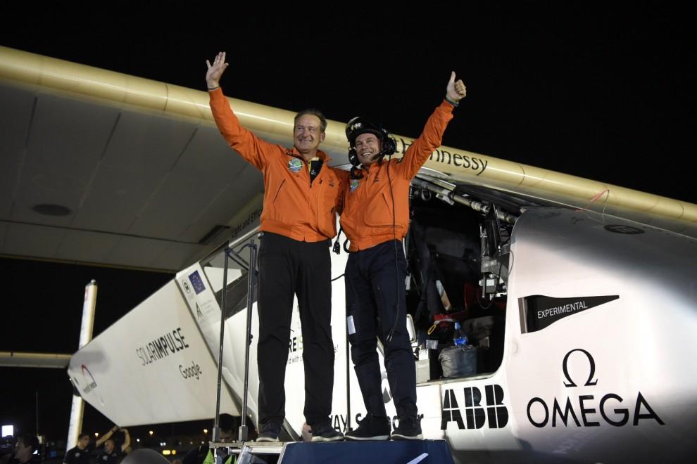 André Borschberg i Bertrand Piccard a l'arribada a Abu Dhabi (Emirats Àrabs Units)