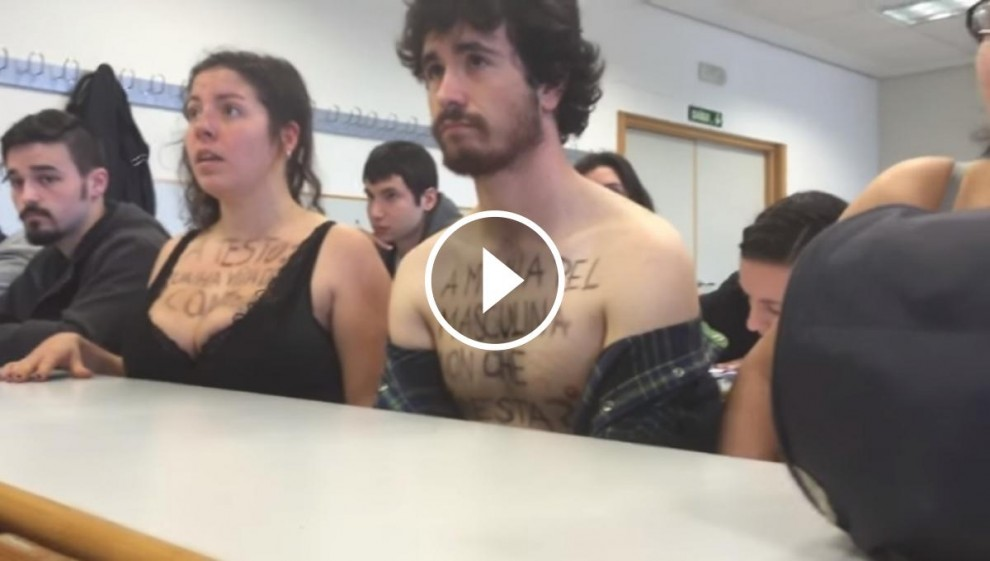 Els alumnes protestant contra el professor