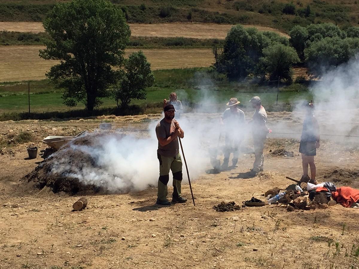 La cocció de l'alzina a la carbonera que s'havia preparat dies abans