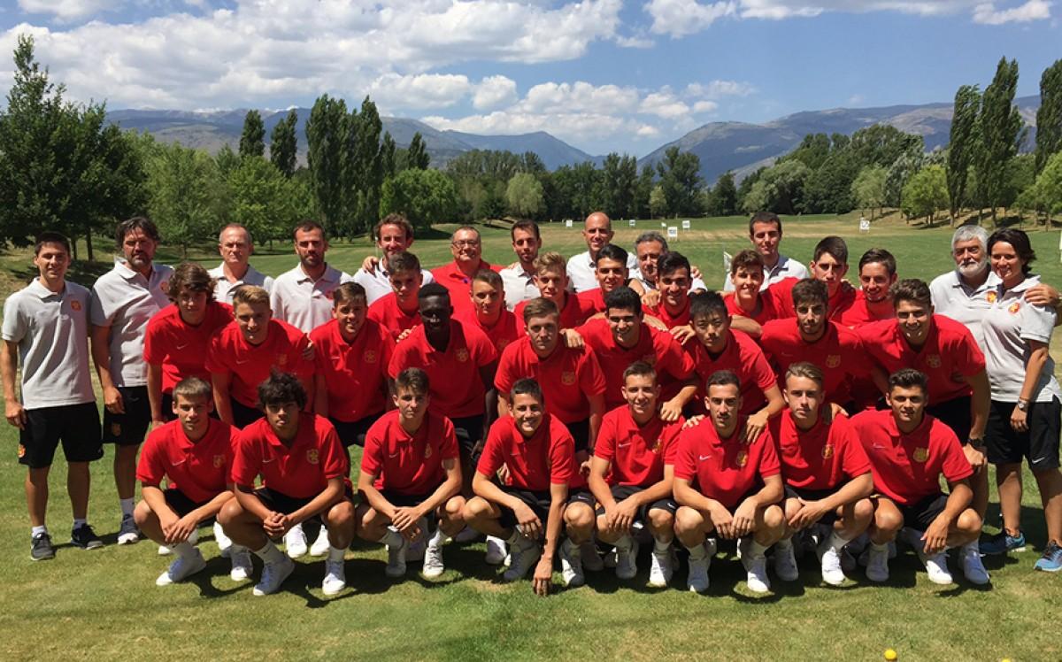 Foto d'equip, jugadors i tècnics, a les instal·lacions del Real Club de Golf La Cerdanya