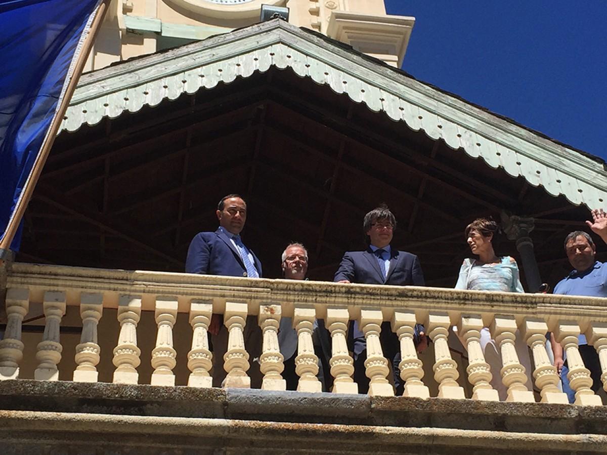 L'alcalde de Das, Enric Laguarda, i el president de la Generalitat, en el balcó de la Casa del Comú de Das