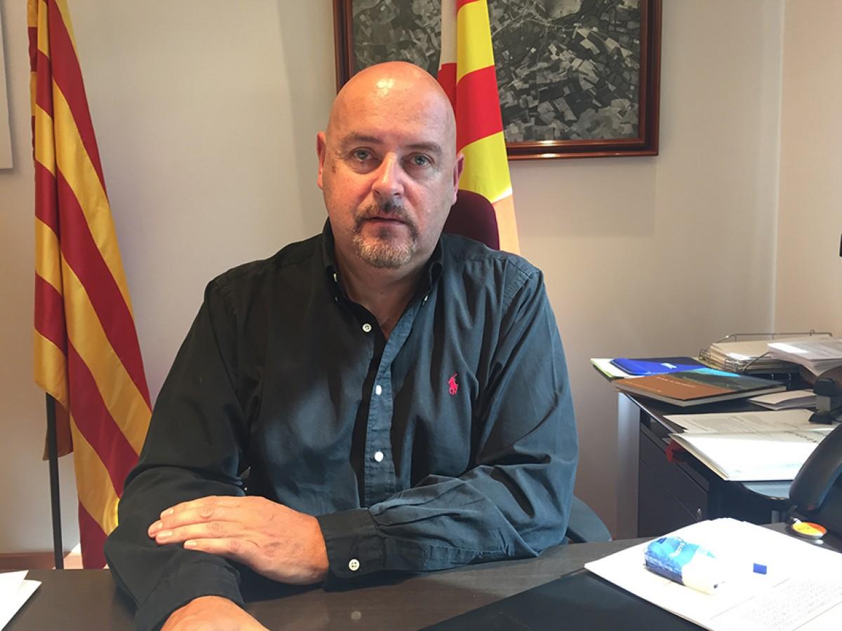 L'alcalde de Llívia, Elies Nova, en una imatge recent, al despatx municipal