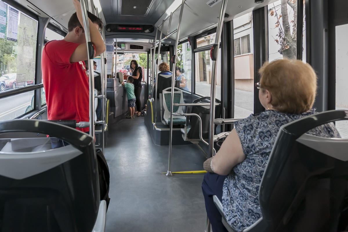 Usuaris a l'interior d'un bus a Sabadell