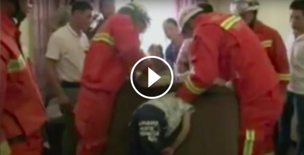 Els bombers rescaten el nen que tenia el cap encallat en un sofà