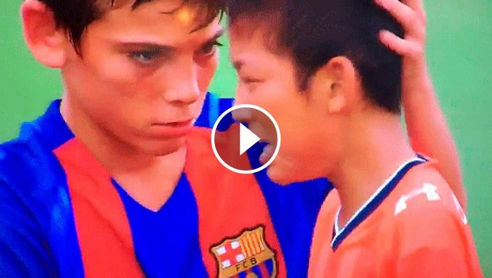 Un jugador del Barça, amb un dels seus companys japonesos
