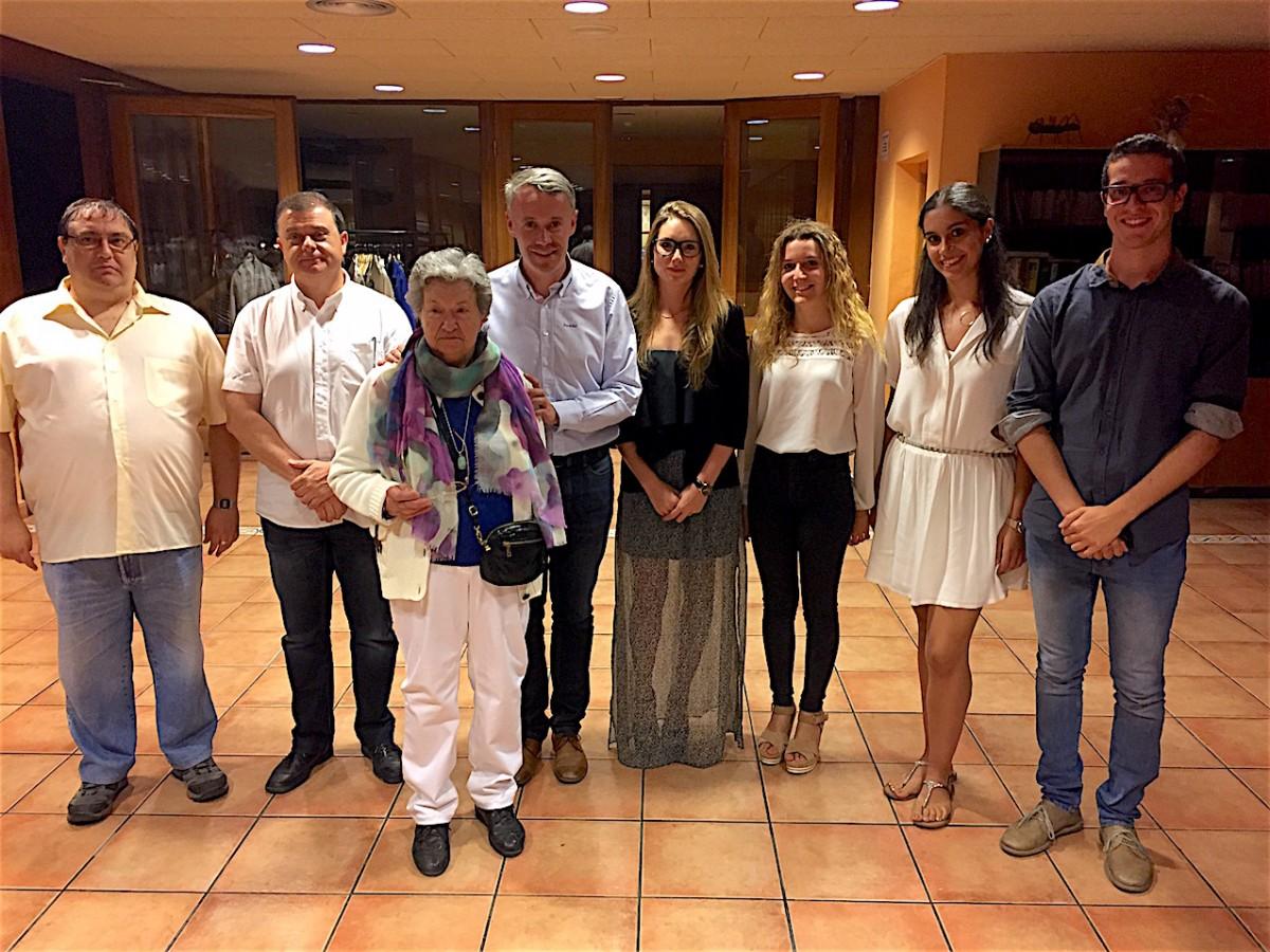 Fotografia de família amb els guardonats acompanyats de les autoritats i responsables del GRC