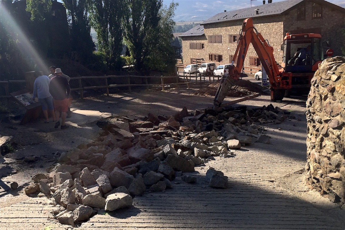 Una màquina excavadora aixeca el paviment del carrer de les Colomines, aquesta setmana