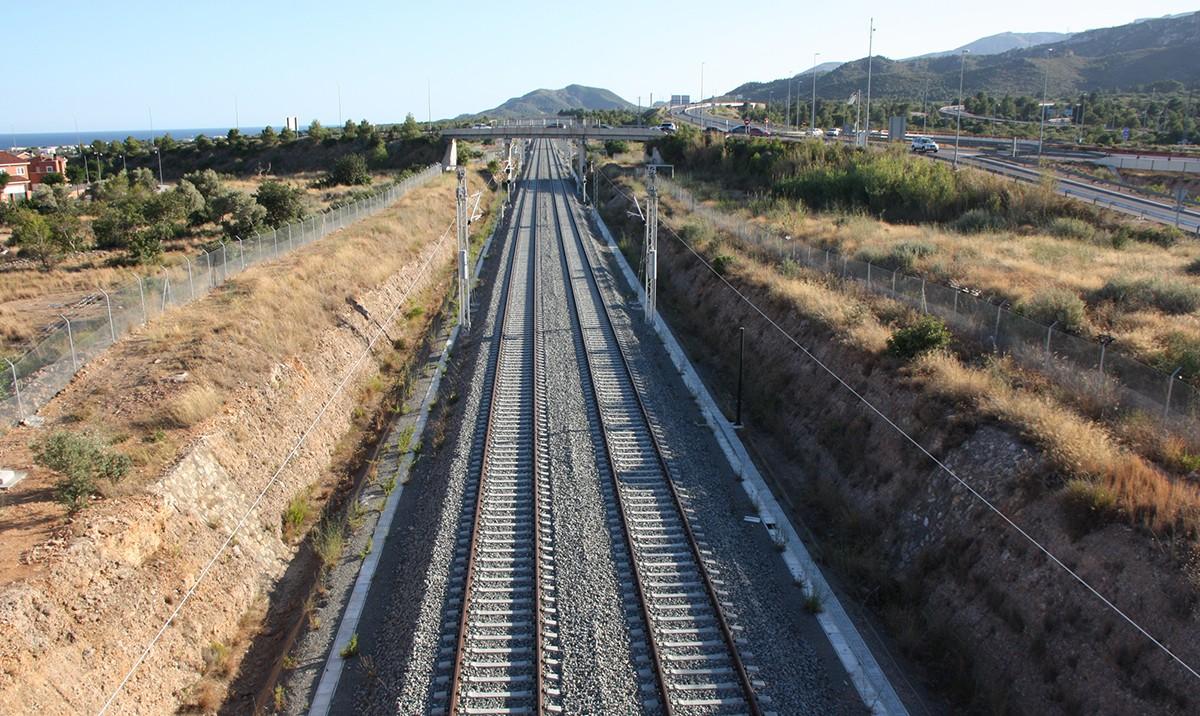 Cara al sud de la xarxa ferroviària del corredor del mediterrani al seu pas per Vandellòs-Hospitalet de L'Infant.