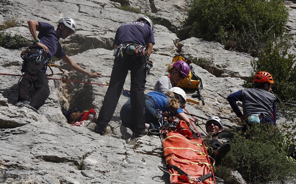 Els cossos de seguretat i els sanitaris treballant en la pràctica de rescat en paret