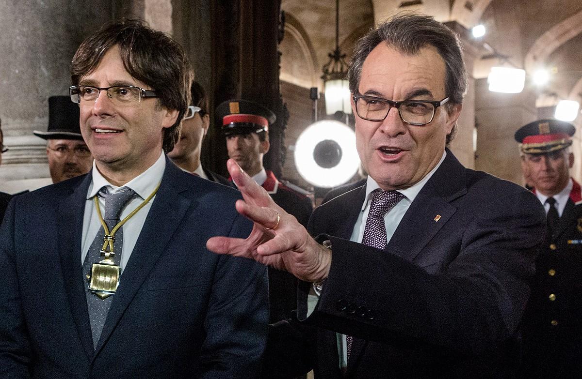 Artur Mas amb Carles Puigdemont després que aquest dos investit president.