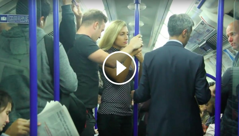 Dos actors realitzen un experiment social al metro de Londres