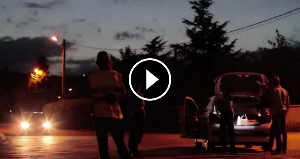 L'anunci mostra com un home alerta d'un control policial fent llums