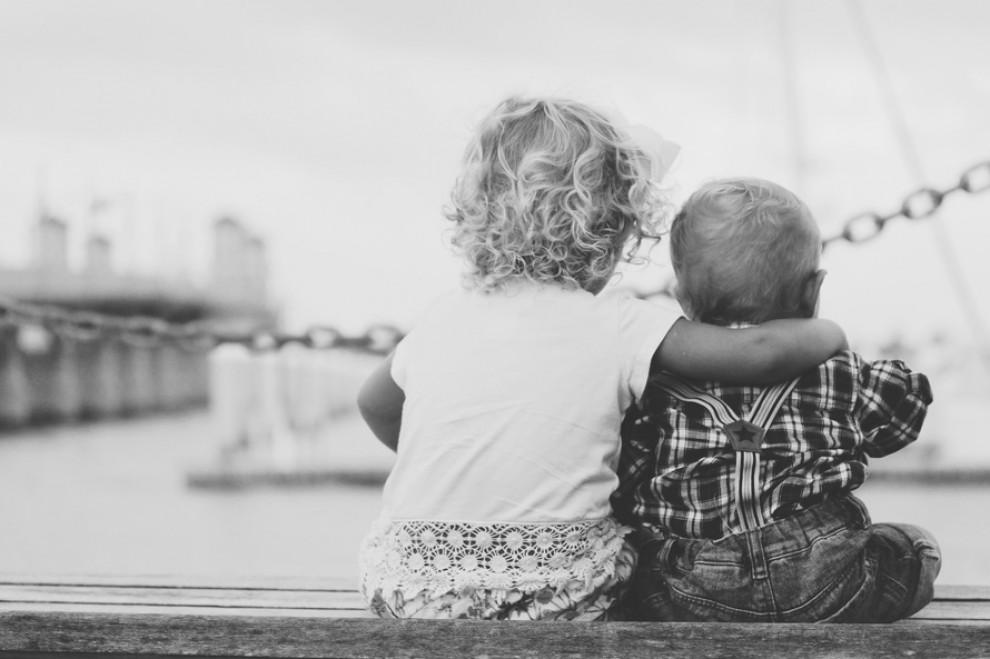 Dos infants en un port.