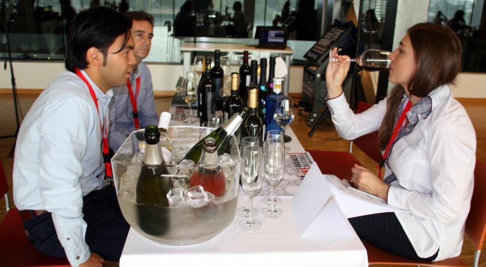 Una importadora russa tastant un dels vins