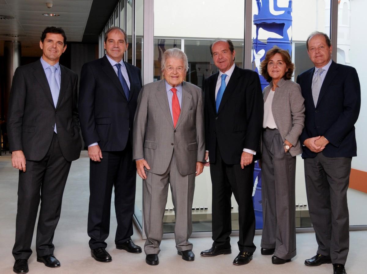 Joan Uriach, al centre de la imatge, amb el Consell de Família de la seva empresa
