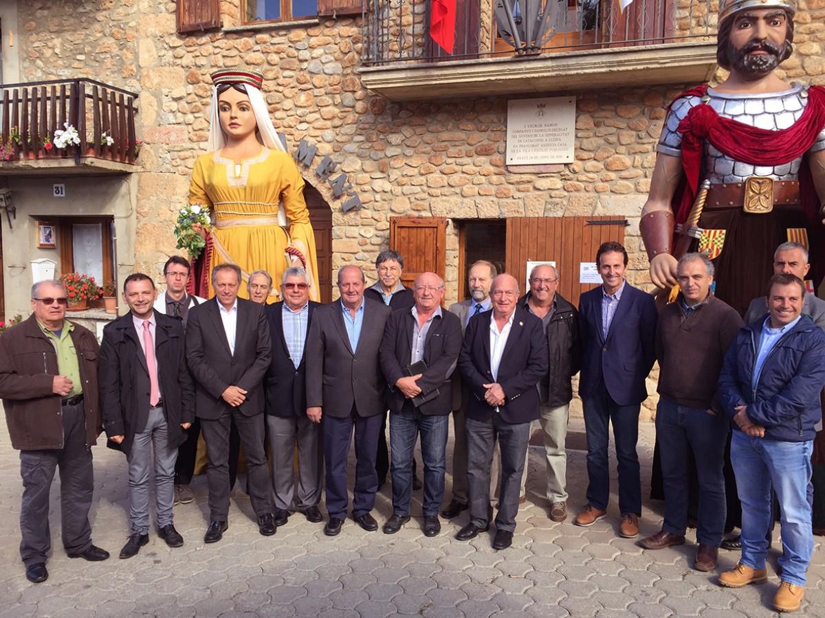 Fotografia de família amb els alcaldes presents a l'acte i membres de l'IEC
