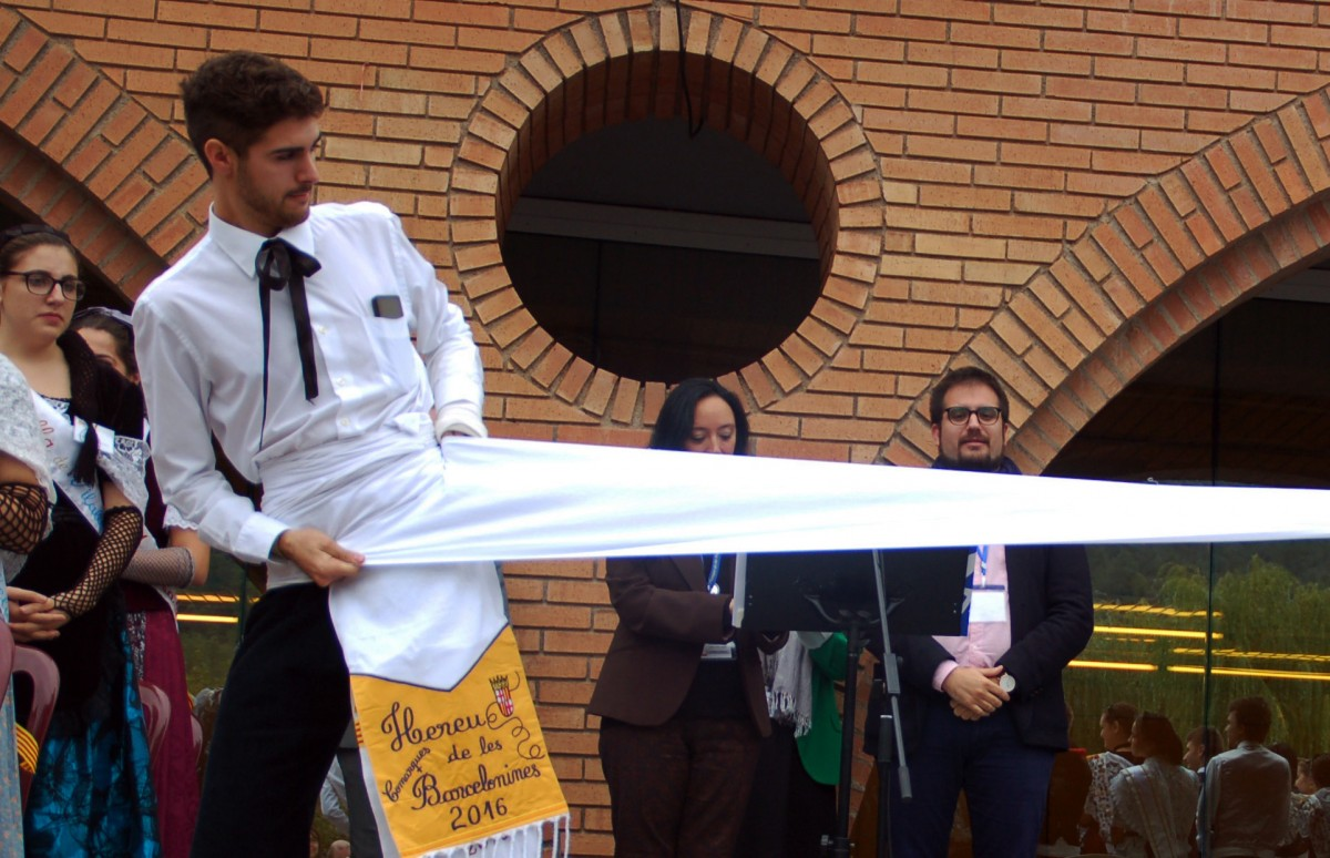 Josep Pla posant-se la nova faixa d'hereu de les comarques barcelonines