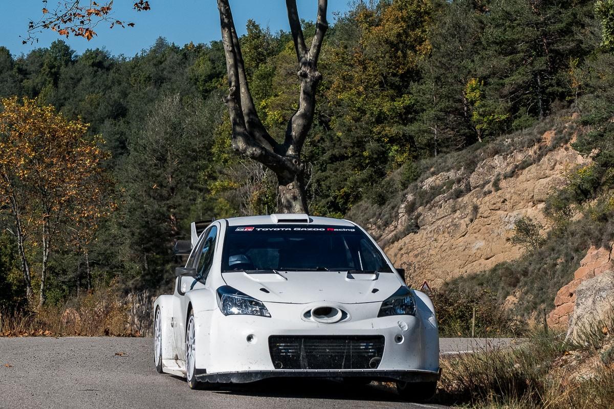 L'eqiuip Toyota provant el cotxe al tram d'Alpens - Les Lloses, aquest dijous.