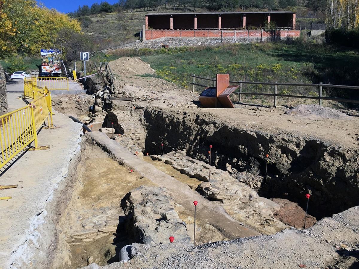 En primer terme, les parets del temple que ocupaven el centre de l'espai del Fòrum romà de Llívia
