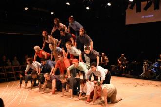 La tradicionals figures humanes dels Falcons es barregen amb el teatre