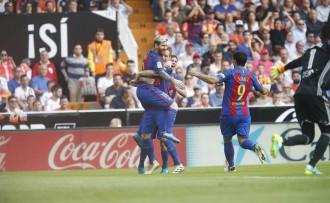 Un penal a l'últim minut dóna la victòria al Barça davant el València (2-3)