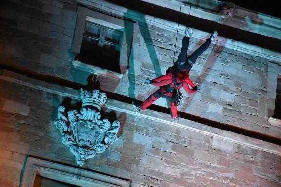 Frikar Dance converteix la façana de l'Ajuntament de Manresa en zona de ball