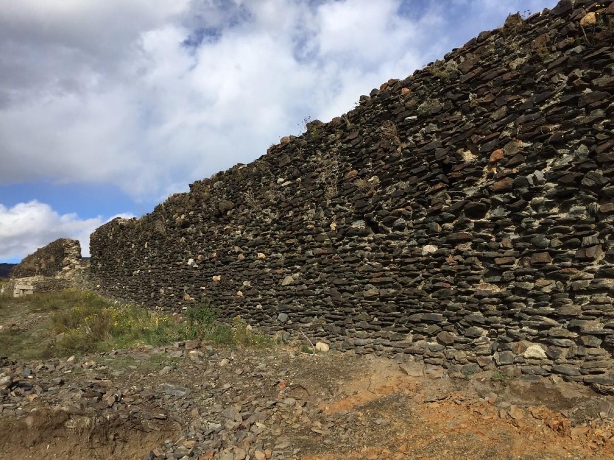 Els murs exteriors del castell de Llívia que queden més al descobert després de la intervenció arqueològica