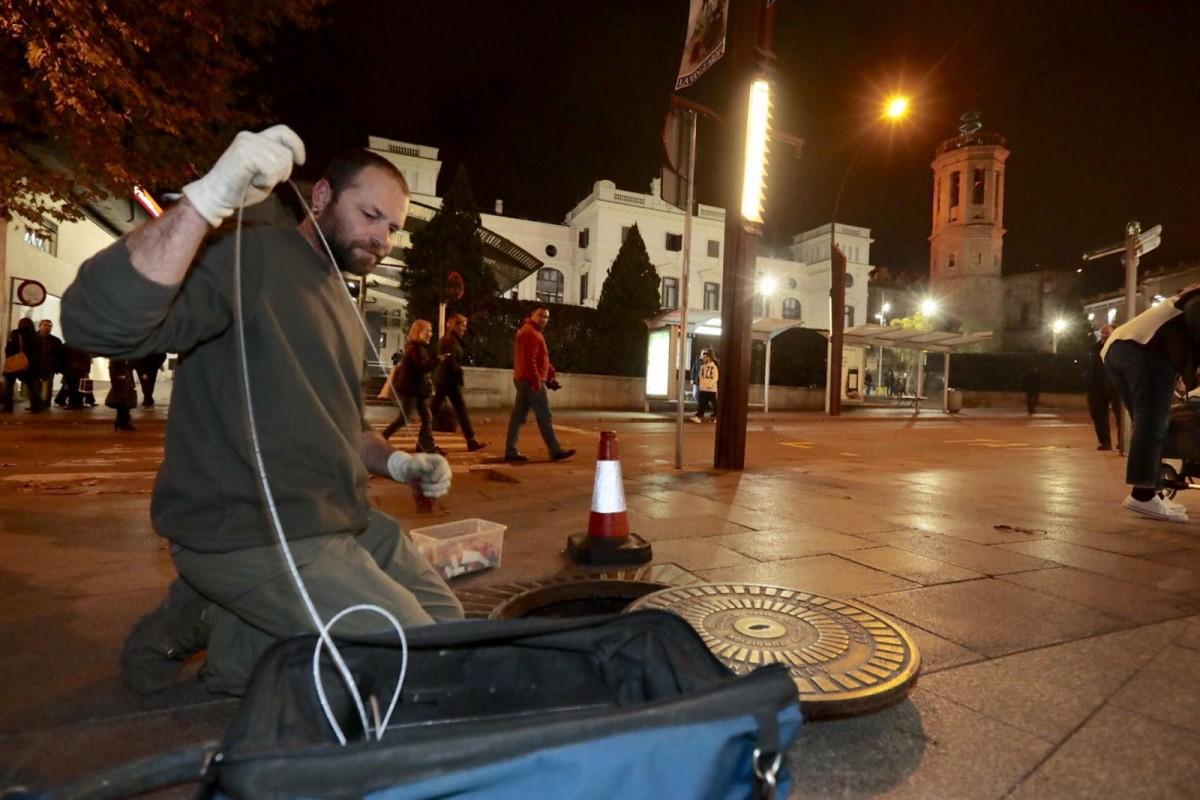 Un operari inspeccionant una claveguera a la plaça Doctor Robert