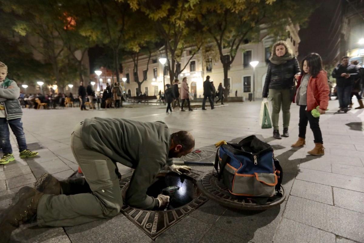 L'operari buscant rastres de les rates a la plaça Sant Roc