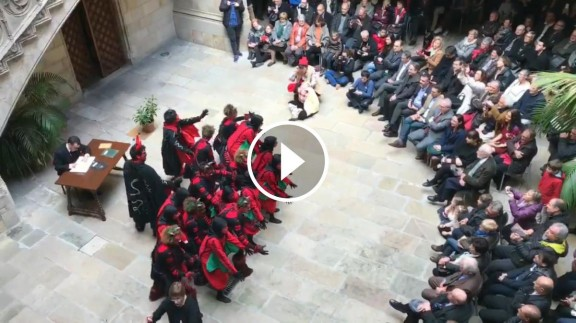 Dimonis, àngels i pastors ocupen durant hores el Palau de la Generalitat