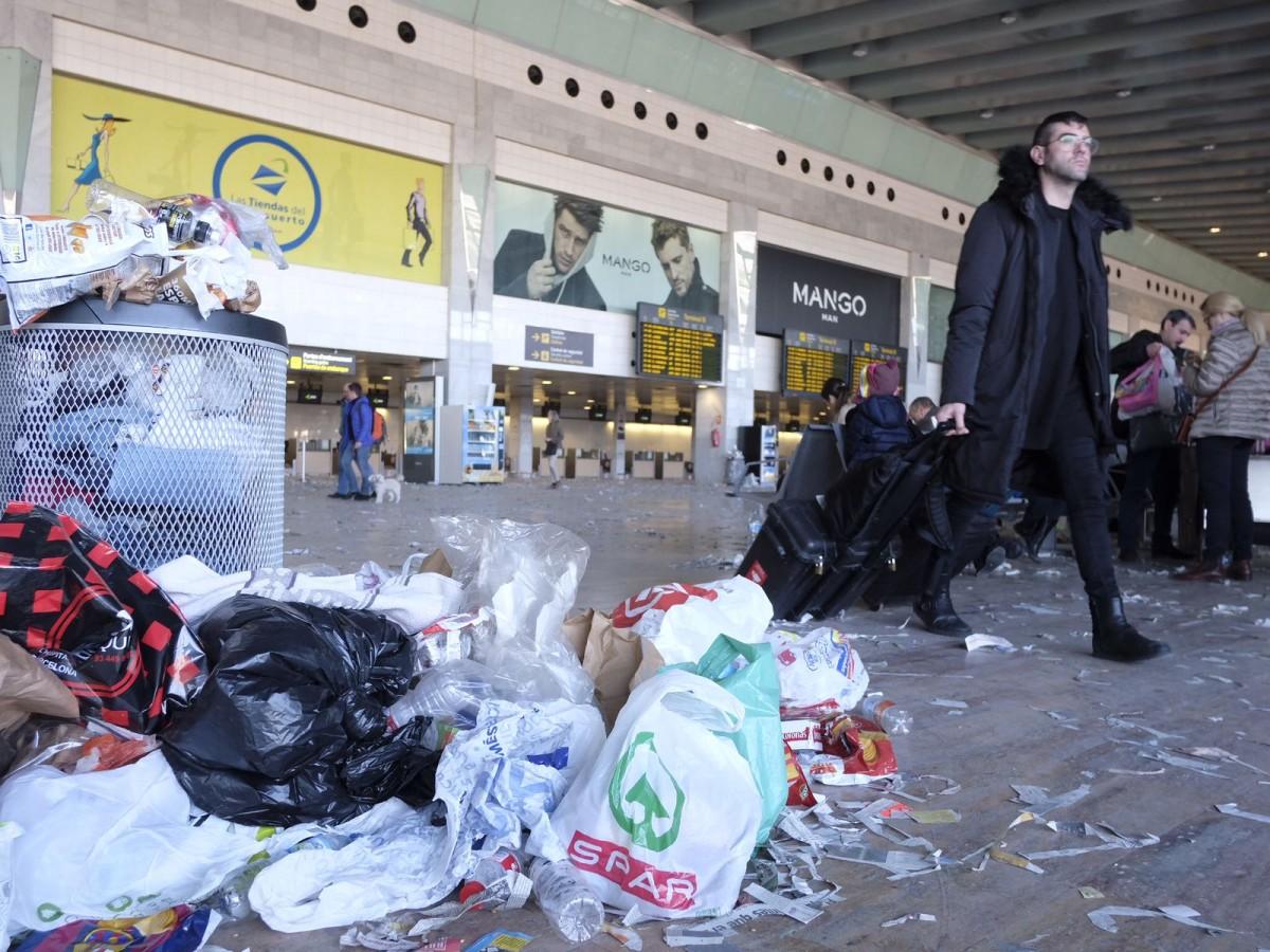 Les escombraries s'acumulen a l'aeroport del Prat
