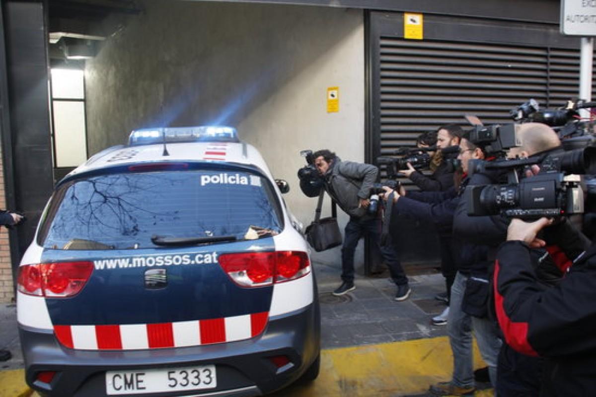 El vehicle policial amb Fernando Blanco entra a l'aparcament del jutjat de la Seu d'Urgell