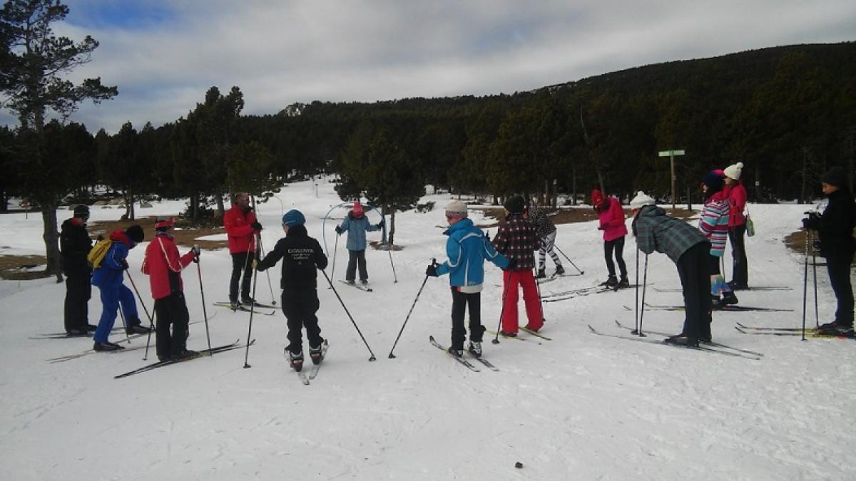 Alumnes de l'escola Alfons I de Puigcerdà fan un curset d'esquí nòrdic a Guils Fontanera