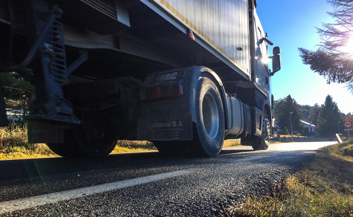 Un camió, aquest divendres, circula per la C-162 en direcció al Túnel del Cadí