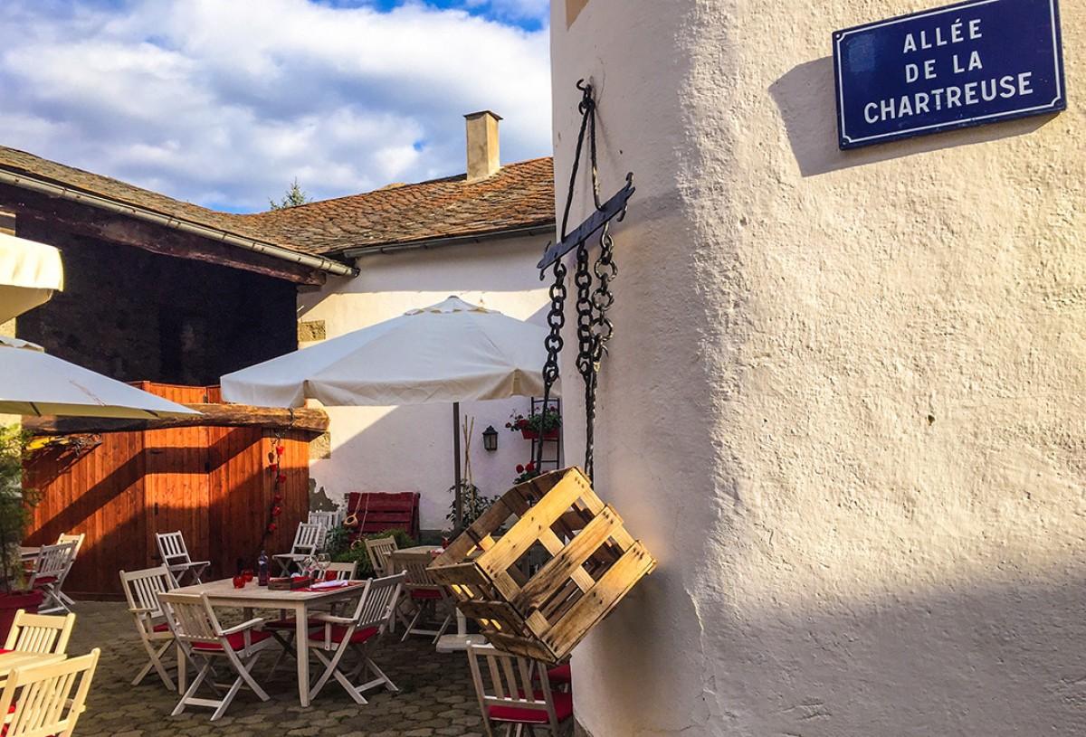 El carrer del Chartreuse, a l'espai a l'aire lliure del seu restaurant