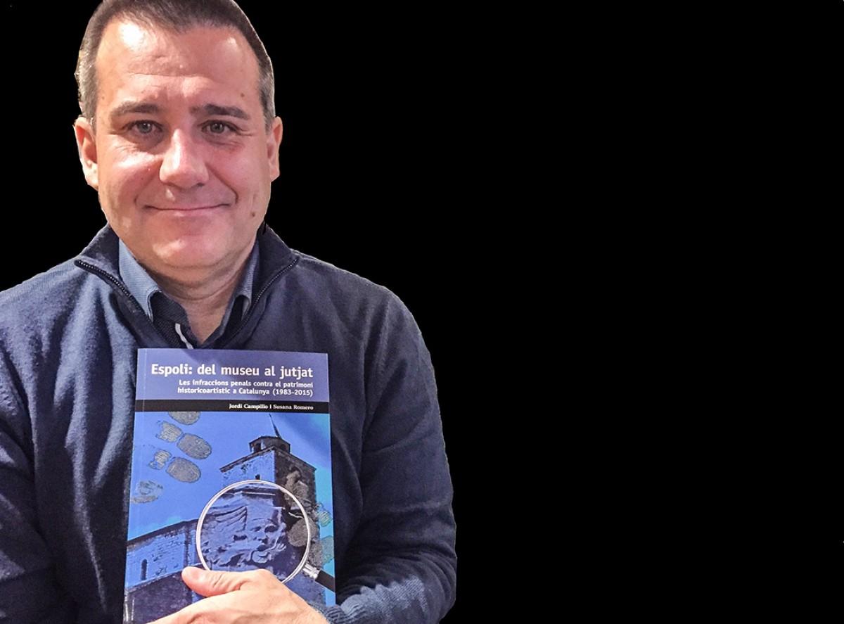 L'historiador Campillo amb el seu llibre a les mans