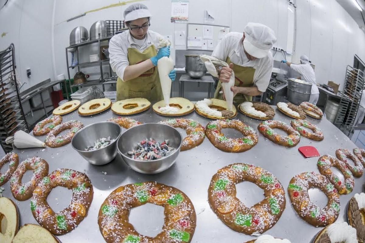 Producció de tortells de Reis a l'obrador de l'empresa sabadellenca Valero.