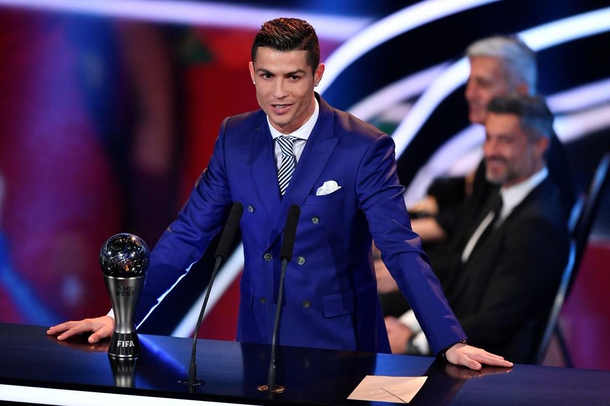 Cristiano Ronaldo recollint el premi de la FIFA millor jugador del 2016