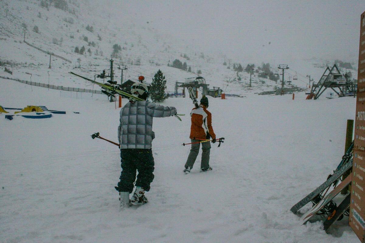 Dos esquiadors, aquest dimarts, a l'estació d'esquí de Porté Puymorens, al sector de la Vinyola