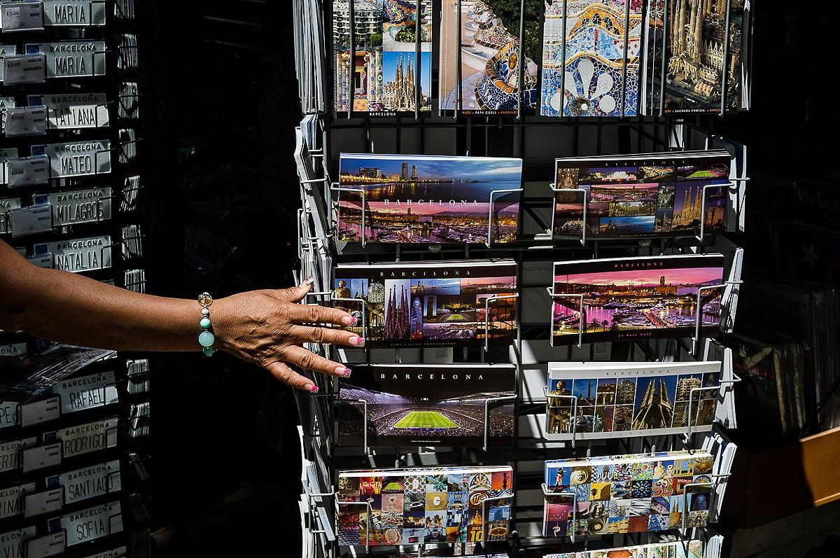 Postals de Barcelona en un quiosc de la Rambla
