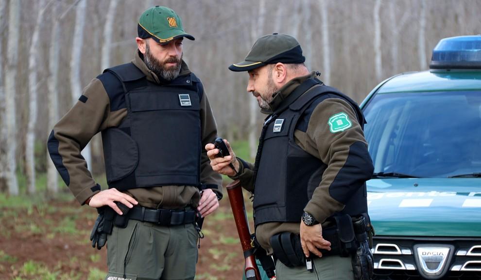 Imatge de dos agents amb armes i armilles